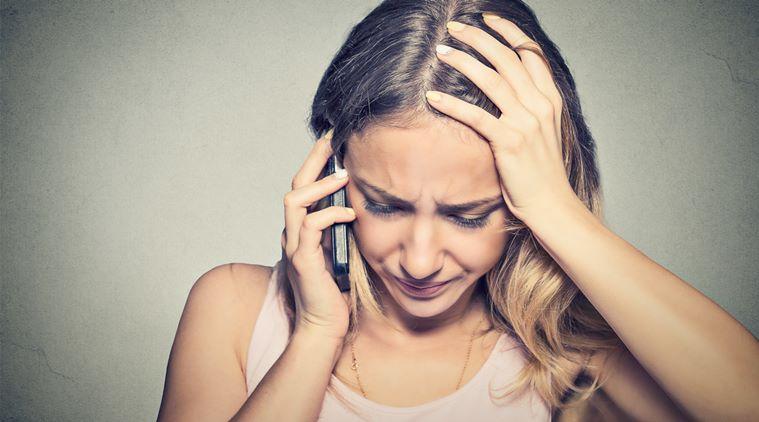 Напряженная девушка звонит по телефону