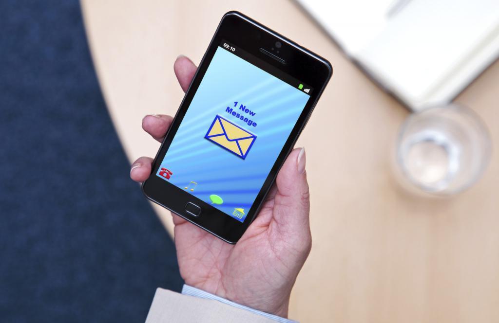 Рука с телефоном с СМС